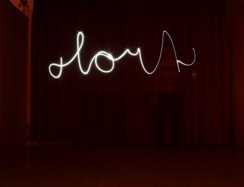 Zeichnen und schreiben mit Licht in Fotos – Die Hortkinder sind fasziniert